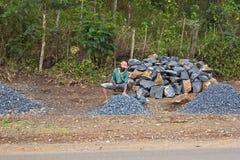 Σπάζοντας βράχοι ατόμων Στοκ Φωτογραφία