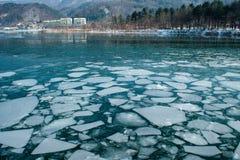 Σπάζοντας επιπλέον σώμα πάγου στον ποταμό στοκ εικόνες