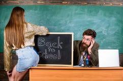 Σπάζοντας κανόνες Γυναίκα πειρασμός σπουδαστών Κανόνες πειθαρχίας σχολικής συμπεριφοράς Δάσκαλος ή διευθυντής σχολείου που κοιτάζ στοκ φωτογραφίες με δικαίωμα ελεύθερης χρήσης
