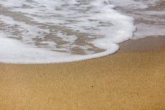 σπάζοντας κύματα ακτών Στοκ φωτογραφίες με δικαίωμα ελεύθερης χρήσης
