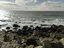 σπάζοντας κύματα βράχων Στοκ εικόνα με δικαίωμα ελεύθερης χρήσης
