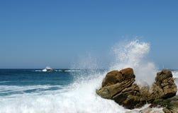 σπάζοντας κύματα βράχων Στοκ φωτογραφία με δικαίωμα ελεύθερης χρήσης