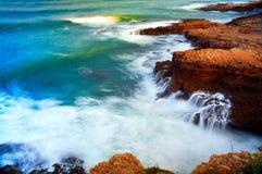 σπάζοντας κύματα βράχων Στοκ Φωτογραφία