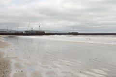 Σπάζοντας κύματα κοντά σε έναν ανεμοστρόβιλο Στοκ Εικόνες
