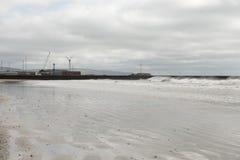 Σπάζοντας κύματα κοντά σε έναν ανεμοστρόβιλο Στοκ Φωτογραφία