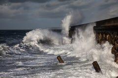 Σπάζοντας κύματα πέρα από τον κυματοθραύστη Holyhead Στοκ εικόνα με δικαίωμα ελεύθερης χρήσης