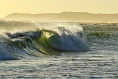 Σπάζοντας κύματα προς το τέλος του ήλιου απογεύματος Στοκ Φωτογραφία
