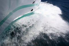 σπάζοντας κύματα σκαφών Στοκ φωτογραφία με δικαίωμα ελεύθερης χρήσης