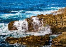 Σπάζοντας κύματα στην ακτή του ίχνους ενυδρίδων στον Ινδικό Ωκεανό Στοκ εικόνα με δικαίωμα ελεύθερης χρήσης