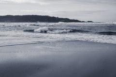 Σπάζοντας κύματα στην αμμώδη παραλία σε γραπτό στην ατλαντική ακτή, βασκική χώρα, Γαλλία Στοκ Φωτογραφίες