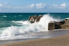Σπάζοντας κύματα στην παραλία της Σικελίας, Στοκ φωτογραφίες με δικαίωμα ελεύθερης χρήσης