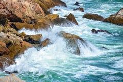 Σπάζοντας κύματα στη δύσκολη ακτή της Μαύρης Θάλασσας σε Tyulenovo, Βουλγαρία Στοκ Φωτογραφία
