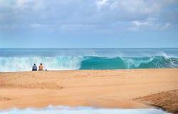 Σπάζοντας κύματα στη σπάζοντας Dawn στοκ φωτογραφία