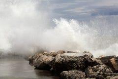 Σπάζοντας κύματα στους βράχους Στοκ φωτογραφίες με δικαίωμα ελεύθερης χρήσης