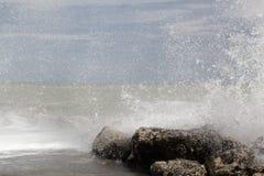 Σπάζοντας κύματα στους βράχους Στοκ Εικόνα