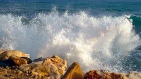 Σπάζοντας κύματα της δύσκολης ακτής Στοκ φωτογραφίες με δικαίωμα ελεύθερης χρήσης