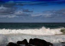 Σπάζοντας κύματα του Ινδικού Ωκεανού στην άγρια ακτή του νότου AF Στοκ φωτογραφίες με δικαίωμα ελεύθερης χρήσης