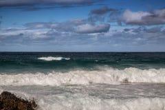 Σπάζοντας κύματα του Ινδικού Ωκεανού στην άγρια ακτή του νότου AF Στοκ Φωτογραφίες