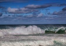 Σπάζοντας κύματα του Ινδικού Ωκεανού στην άγρια ακτή του νότου AF Στοκ Εικόνες