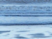 Σπάζοντας κύματα, υποχωρώντας παλίρροια Στοκ Εικόνες