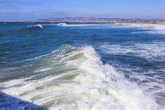 Σπάζοντας κύματα όπως λαμβάνεται από μια αποβάθρα Στοκ Εικόνες