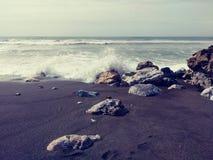 Σπάζοντας κύματα Στοκ εικόνα με δικαίωμα ελεύθερης χρήσης