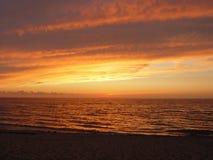 σπάζοντας κύμα ηλιοβασιλέματος Στοκ Εικόνες