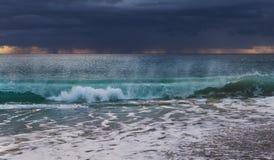 Σπάζοντας κύμα σε ένα καταπληκτικό φως πρωινού Στοκ Φωτογραφίες