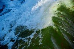 σπάζοντας κύμα στη θυελλώδη θάλασσα Στοκ φωτογραφία με δικαίωμα ελεύθερης χρήσης