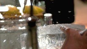 Σπάζοντας πάγος μπάρμαν απόθεμα βίντεο