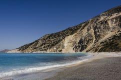 Σπάζοντας παράκτια τυρκουάζ θάλασσα και βουνό γραμμών στην παραλία myrtos Στοκ εικόνες με δικαίωμα ελεύθερης χρήσης