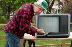 σπάζοντας τηλεόραση ατόμων επάνω Στοκ εικόνες με δικαίωμα ελεύθερης χρήσης