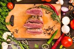 Σπάνιο βόειο κρέας ψητού στον τέμνοντα πίνακα με τα συστατικά Στοκ φωτογραφίες με δικαίωμα ελεύθερης χρήσης