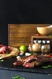 Σπάνιο σκόρδο πιπεριών ασβέστη πιάτων βόειου κρέατος μαύρο στοκ εικόνες