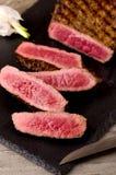 Σπάνιο τεμαχισμένο μπριζόλα πιάτο βόειου κρέατος ασφαλίστρου στοκ φωτογραφίες