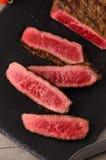 Σπάνιο τεμαχισμένο μπριζόλα πιάτο βόειου κρέατος στοκ εικόνες με δικαίωμα ελεύθερης χρήσης