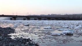 Σπάσιμο άνοιξη, να επιπλεύσει, μετατόπιση, πάγος στον ποταμό στα πλαίσια της άποψης οδικών γεφυρών από την ακτή φιλμ μικρού μήκους
