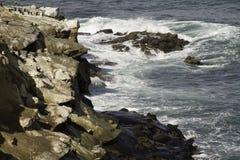 Σπάσιμο θαλάσσιου νερού στους σχηματισμούς βράχου Στοκ Εικόνα