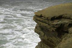 Σπάσιμο θαλάσσιου νερού στους σχηματισμούς βράχου Στοκ Φωτογραφίες