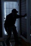 Σπάσιμο διαρρηκτών μέσα στο σπίτι τη νύχτα μέσω της πλάτης Στοκ φωτογραφίες με δικαίωμα ελεύθερης χρήσης