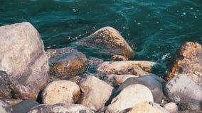 Σπάσιμο κυμάτων ενάντια στους βράχους εν πλω σε σε αργή κίνηση απόθεμα βίντεο