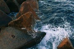 Σπάσιμο κυμάτων θάλασσας στις πέτρες Στοκ εικόνες με δικαίωμα ελεύθερης χρήσης