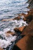 Σπάσιμο κυμάτων θάλασσας στις πέτρες Στοκ Φωτογραφία