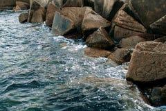 Σπάσιμο κυμάτων θάλασσας στις πέτρες Στοκ Εικόνες