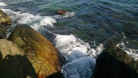Σπάσιμο κυματωγών στους βράχους Στοκ φωτογραφίες με δικαίωμα ελεύθερης χρήσης