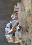 Σπάσιμο νεαρών άνδρων μέσω του τοίχου με ένα λάκτισμα Στοκ εικόνες με δικαίωμα ελεύθερης χρήσης