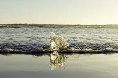 Σπάσιμο νερού ‹â€ ‹θάλασσας †στη σφαίρα γυαλιού στην παραλία στοκ εικόνα