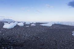 Σπάσιμο πάγου στην παραλία άμμου βράχου Στοκ φωτογραφία με δικαίωμα ελεύθερης χρήσης