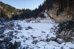 Σπάσιμο πάγου στη μαύρη λίμνη στοκ εικόνες