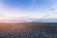 Σπάσιμο πάγου στη μαύρη παραλία με seacoast τον ορίζοντα Στοκ εικόνα με δικαίωμα ελεύθερης χρήσης